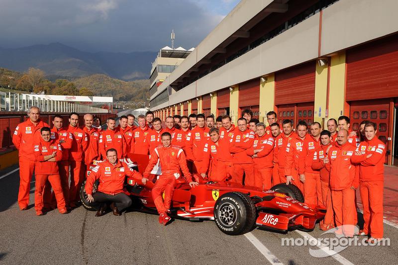 Valentino Rossi berpose dengan Ferrari F2008 dan anggota tim Ferrari