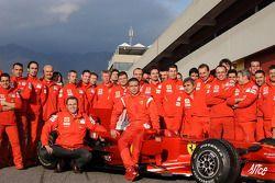 Valentino Rossi pose avec la Ferrari F2008 et les membres de l'équipe Ferrari