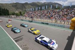 départ: #7 Larbre Competition Saleen S7: Frédéric Makowiecki, Roland Berville and #5 Phoenix Carsport Racing Corvette C6R: Marcel Fassler, Ricardo Risatti mènent