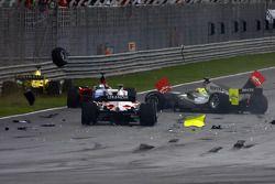Premier tour: Felipe Guimaraes, Narain Karthikeyan et Marco Andretti se crashent derrière