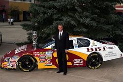 Pilote champion en 2009 du NASCAR Nationwide Series champion Clint Bowyer pose avec son show car avant le banquet du Nationwide Series Awards au the Portofino Bay Hotel à Orlando