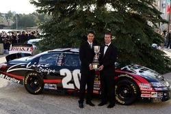 le propriétaire de l'équipe de l'édition 2009 du NASCAR Nationwide Series, J.D. Gibbs pose avec Joey Logano, un des 4 pilotes de l'équipe avant le banquet du Nationwide Series Awards au Portofino Bay Hotel à Orlando