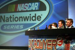 pilote de l'édition 2009 du NASCAR Nationwide Series champion Clint Bowyer assi à la table principale avec le propriétaire Richard Childress pendant le banquet du NASCAR Nationwide Series Awards