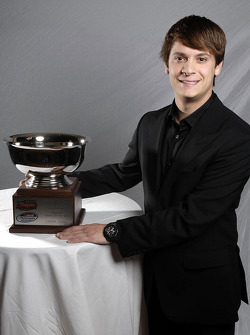 Raybestos Rookie of the Year Landon Cassill pose avec son trophée durant le banquet du NASCAR Nationwide Series Awards