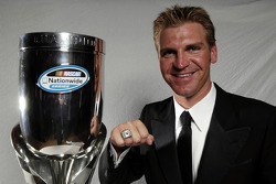 le pilote champion du 2009 NASCAR Nationwide Series champion driver Clint Bowyer montrant son trophée ainsi que sa bague de champion