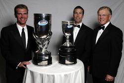 le piolte champion ainsi que le propriétaire de l'équipe championne du NASCAR Nationwide Series champion Clint Bowyer et J.D. Gibbs and Joe Gibbs posent avec leur trophée durant le banquet du NASCAR Nationwide Series Awards