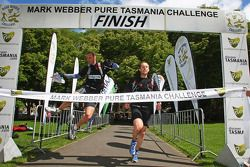 Hobart, Australie: Peter Wilson et Ian Matthews de l'équipe Datacom traversant la ligne d'arrivée