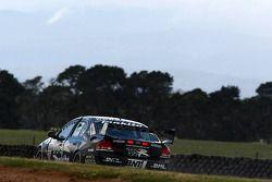 Daniel Gaunt (l'équipe Kiwi faisant la course avec le Ford Falcon BF)