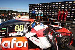 Jamie Whincup gagne le Tasmanian Challenge et se rapporche du titre de championdu V8 Supercar