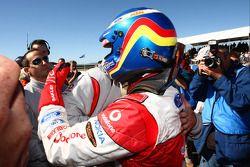 Jamie Whincup félicité par son co équipier Craig Lowndes