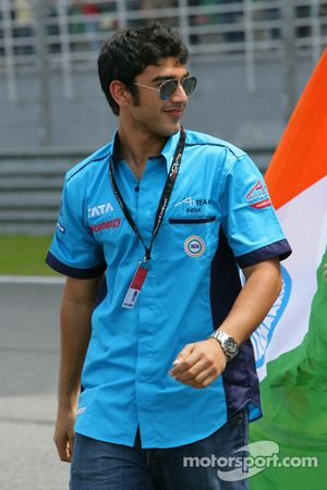Narain Karthikeyan, driver of A1 team India, Sunday Feature Pre-race, 23Nov2008