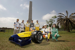 Nelson A. Piquet and Ana Beatriz pose with the Renault F1 R28