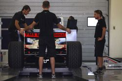 l'équipe de Fisichella Motor Sport International pèse sa car