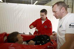 Yelmer Buurman vérifie son siège et parle à Tiago Monteiro, manager de l'équipe de Ocean Racing Technology