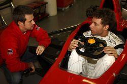 Fabrizio Crestani vérifie son siège et parle avec Tiago Monteiro,manager de l'équipe Ocean Racing T