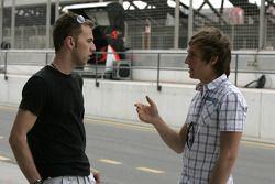 Chris Van der Drift parle avec Mika Maki