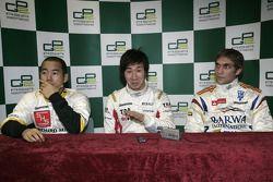 Kamui Kobayashi célèbre sa pole position avec Sakon Yamamoto et Vitaly Petrov