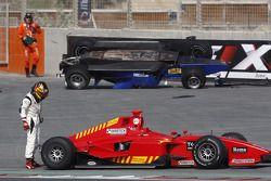 Yelmer Buurmanvérifie les dégâts sur sa voiture aprs un accident avec Diego Nunes
