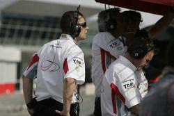 l'équipe DAMS regarde la course depuis le stand de maintenance