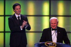 lechampion 2009 du NASCAR Sprint Cup Series Champion Jimmie Johnson applaudit l'home dont il a égaler le record: Cale Yarborough