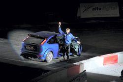 Marcus Gronholm salue la foule au Cardiff's Millenium Stadium après le début en World Driving de la nouvelle Ford Focus RS