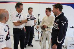 Dr. Mario Theissen, BMW Sauber F1 Team, BMW Motorsport Director et e tenant du titre Philipp Eng se font couper les cheveux par l'équipe