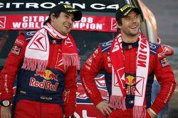 Podio: los ganadores del rally Sébastien Loeb y Daniel Elena lo celebran