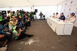 Conférence de presse: le vainqueur du World Final Alexander Rossi, le deuxième Michael Christensen,le troisième Esteban Gutierrez avec Dr. Mario Theissen