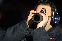 Un membre d'équipage de Scuderia Toro Rosso prend des photos