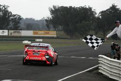 Jamie Whincup franchit la ligne d'arrivée pour terminer sa saison de championnat V8 Supercar 2008