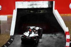 Michael Schumacher en el puente con Tom Kristensen en el asiento del pasajero