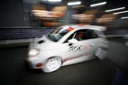 Michael Schumacher deja los pozos en Abarth 500 Assetto Corse
