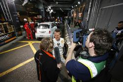 Michael Schumacher da una entrevista en el pit lane