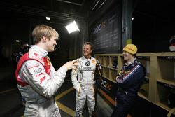 Mattias Ekström, Michael Schumacher y Sebastian Vettel comparten una risa en los boxes