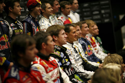 Michael Schumacher y el resto de los pilotos posan para una foto