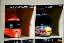 Los cascos de Michael Schumacher y Sébastien Loeb en los boxes