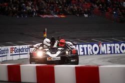 Cuartos de final, carrera 7: Michael Schumacher celebra su victoria