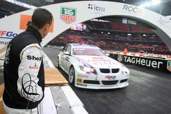 Michael Schumacher observa a Andy Priaulx demostrar su BMW World Touring Car para la multitud