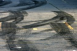 Ambiance sur la pitlane atmosphere, des traces de pneus