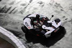 Troy Bayliss conduit Andy Priaulx autour de la piste dans un KTM X-Bow