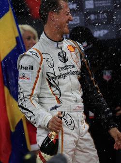 Podio: Michael Schumacher rocía champán