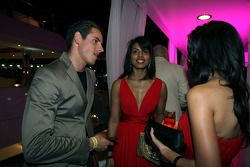 Adrian Sutil discute avec les Fly Kingfisher Speed Divas à l'Indian Empress Fly Kingfisher Closing Party
