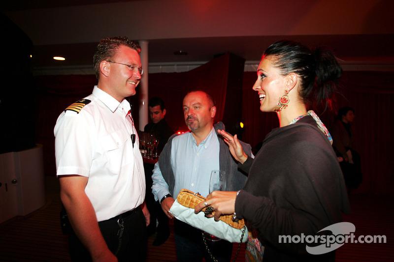 Le capitaine du bateau avec Mike Gascoyne et sa fiancée Sylvie à la Fly Kingfisher Boat Party