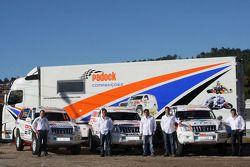 Equipa Padock: le pilote Adelio Machado, le pilote Francisco Pita et Humberto Goncalves, Martine Pereira et le co-pilote Jose Marques