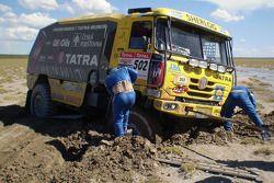 #502 Tatra T815-2 ZOR45: Ales Loprais, Vojtech Stajf et Milan Holan sont embourbés dans le sable