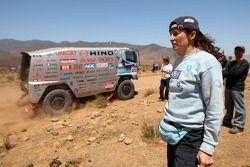 Elisabete Jacinto regarde au loin tandis que la #513 de Hino Ranger: Teruhito Sugawara, Seiichi Suzuki passe