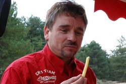 Chti Friterie Team: Hervé Diers tastes a fries made with the #400 Toyota Land Cruiser french fries mobile