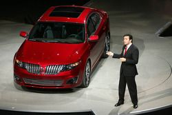Lincoln MKT presentée par Mark Fields, vice-président de Ford Motor Company