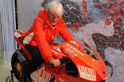 Bernie Ecclestone sur la nouvelle Ducati Desmosedici GP9