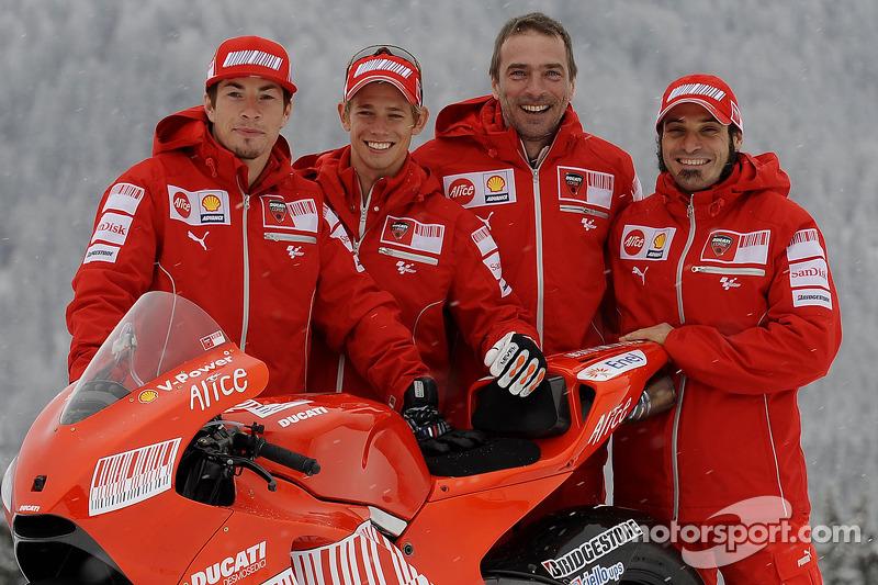 Nicky Hayden, Casey Stoner, Livio Suppo y Vittoriano Guareschi con la nueva Ducati Desmosedici GP9